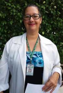 """Simone Humel – Psicóloga, tem como formação a Arteterapia.  Começou na clínica como terapeuta e introduziu a Arteterapia através de dinâmicas em grupo. Atende os pacientes de psiquiatria e de dependência química separadamente, trabalhando com diferentes maneiras de arte. """"O propósito é a recuperação e a evolução dos pacientes é inspiradora"""", afirma.  Simone planejava fazer uso da cesta em uma festa no final de semana. 'Divido os momentos de trabalho com a minha família e levar essa cesta para casa é uma forma de compartilhar"""". Junto ao filho, a ideia era descobrir juntos o que tinha dentro da cesta: """"Um momento de felicidade dentro da casa""""."""