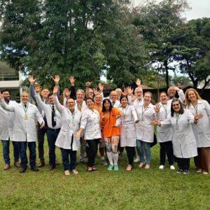 Equipe da clínica aguardando Mendonça