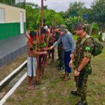 Dr. Jorge Jaber e o general Danilo Alencar com tribo indígena