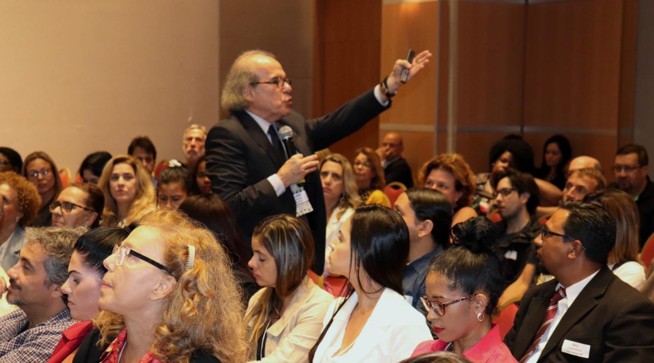 Auditório lotado acompanha palestra do Dr. Jorge Jaber no Congresso da ABEAD